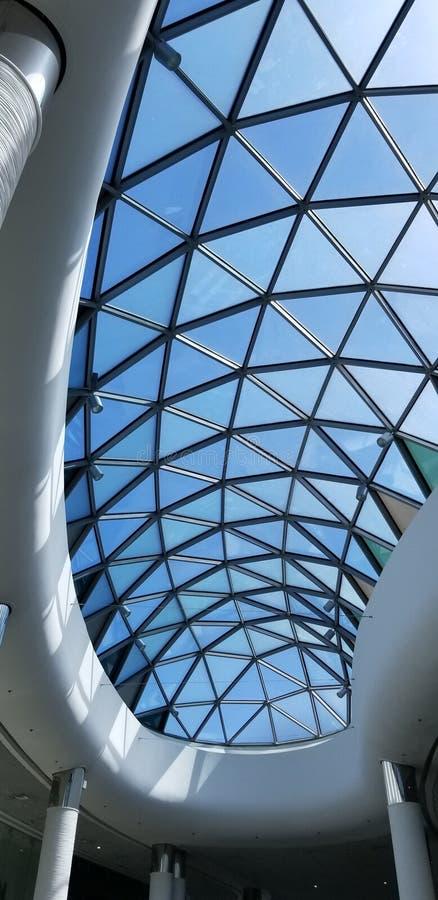 Toit en verre supérieur d'un centre commercial photographie stock libre de droits