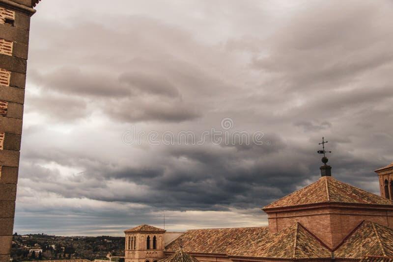 Toit et ciel médiévaux à Toledo photo libre de droits