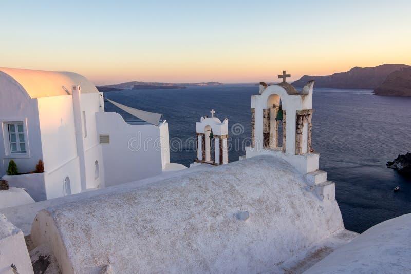 Toit et cloches blancs d'église dans Santorini, Grèce image stock