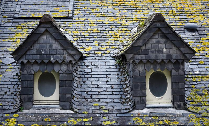 Toit et lucarnes d'ardoise en Mont Saint Michel photographie stock libre de droits