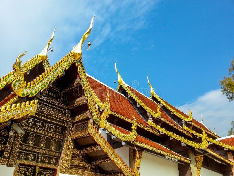 Toit et pignon l'entrée du temple en Chiang Mai images stock