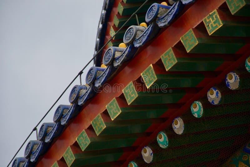 Toit fleuri des combles rouges, bleus et verts chinois de temple - avec des yeux photos libres de droits