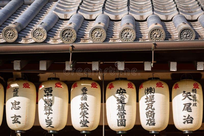 Toit japonais traditionnel du temple à Kyoto photographie stock libre de droits