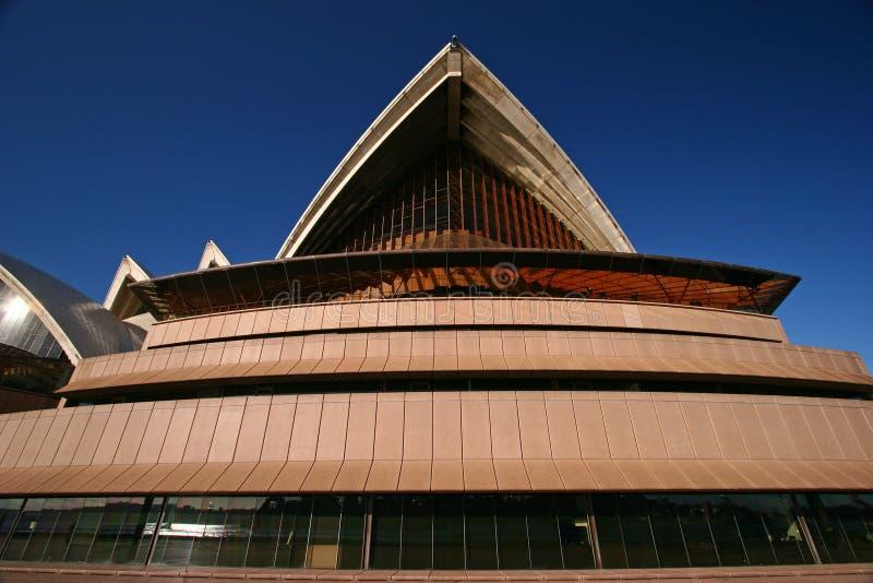 Toit lancé et pointu avec les poutres en béton exposées et le grand vitrail sur le podium rose de Sydney Opera House Australia photo libre de droits