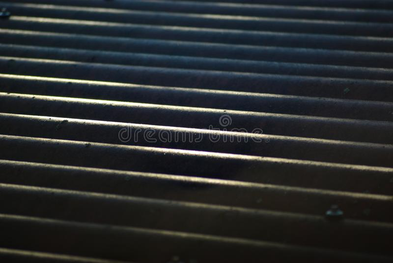 Toit ondulé avec des réflexions du soleil photos libres de droits