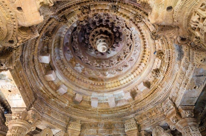 Toit ouvré intérieur de conceptions sur des roches au temple Modhera de Sun images libres de droits