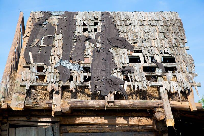 Toit perméable en bois délabré photo libre de droits