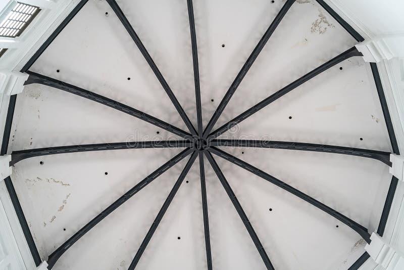 toit rond de plafond blanc avec un cadre en métal photos libres de droits