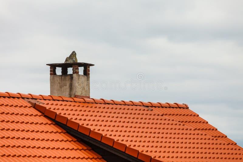 Toit rouge de maison avec la cheminée concrète images libres de droits