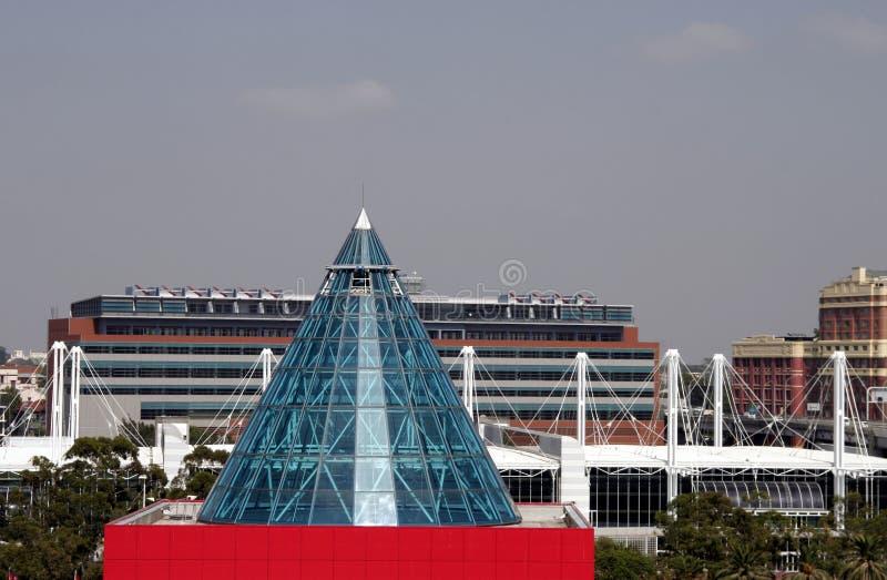 toit rouge moderne de cône de classe de construction photos stock