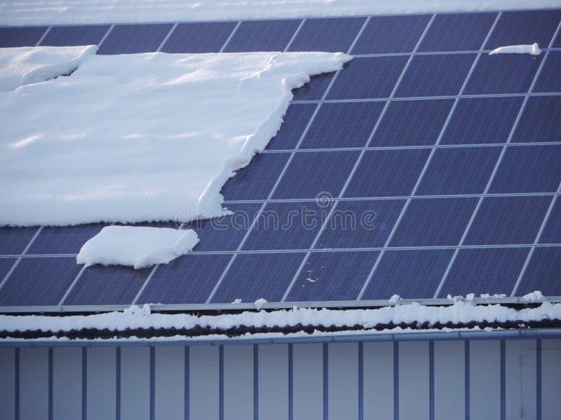 Toit solaire avec la neige image stock