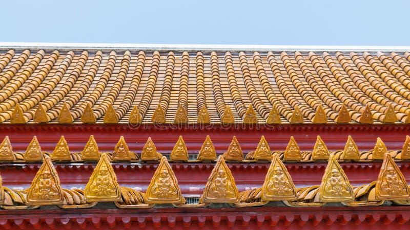 Toit thaïlandais de temple avec le détail thaïlandais de soulagement d'anges image libre de droits