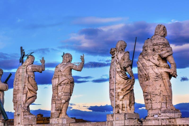 Toit Vatican Rome Italie du ` s de St Peter de statues de disciples du Christ image libre de droits
