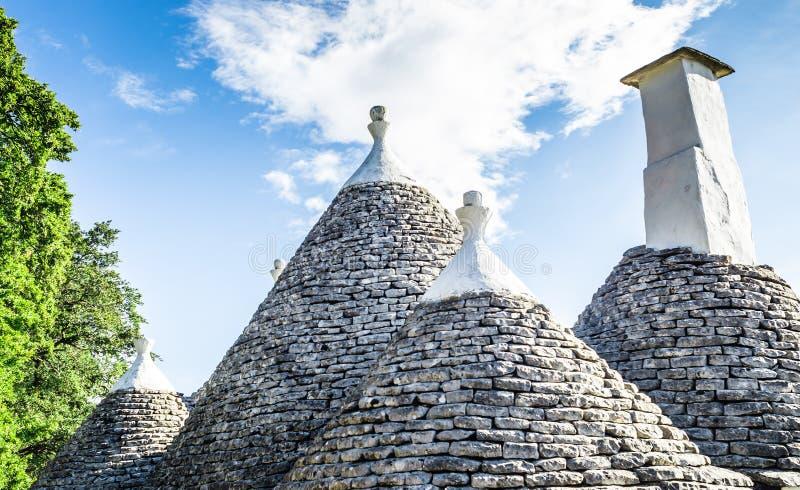 Toits coniques spéciaux du trulli dans le cisternino sur le fond bleu du ciel image libre de droits