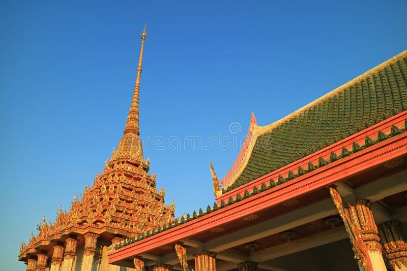 Toits décorés par stupéfaction de Wat Khao Di Salak Buddhist Temple contre le ciel bleu vif, province de Suphanburi, Thaïlande photographie stock