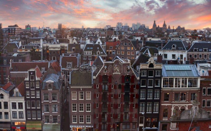 Toits d'Amsterdam au coucher du soleil, Pays-Bas Vue supérieure des maisons d'autrefois à Amsterdam, Pays-Bas photographie stock