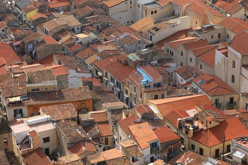 Toits de la vieille ville de Cefalu, Italie image libre de droits