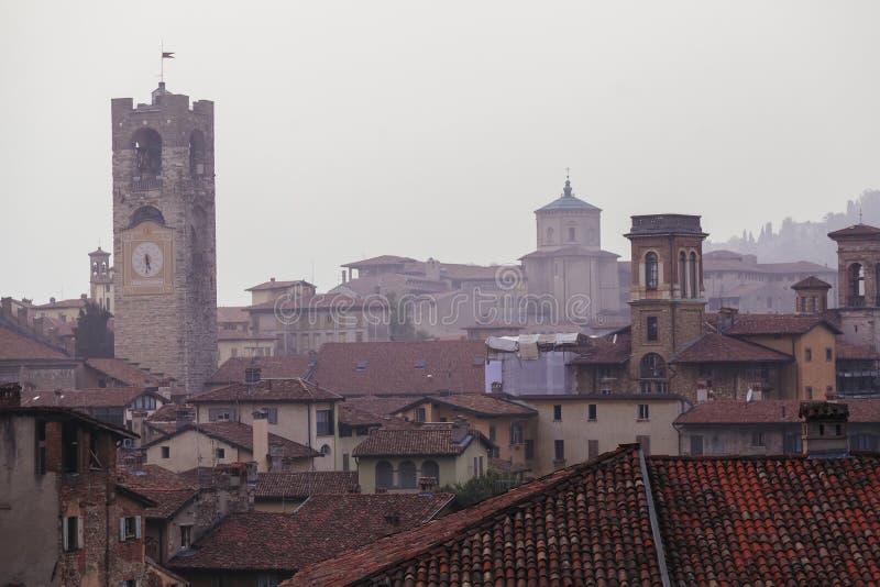 Toits de tour et de maison de cloche de Bergame photographie stock libre de droits