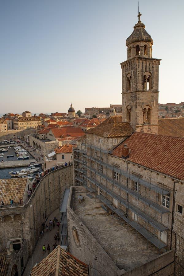 Toits de ville de Dubrovnik de panorama vieux au coucher du soleil L'Europe, Croatie photographie stock
