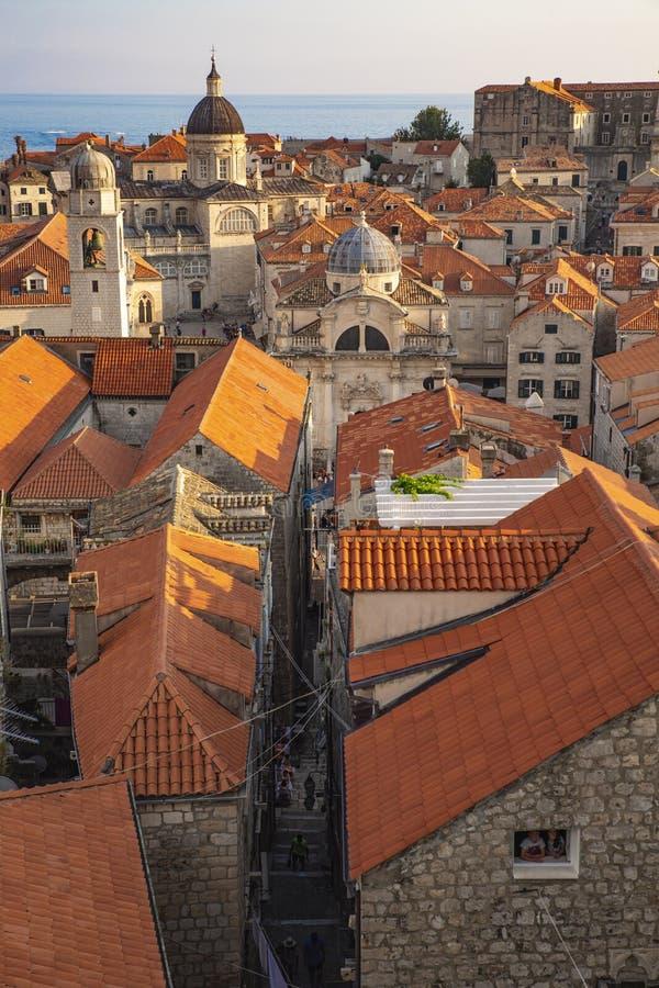 Toits de ville de Dubrovnik de panorama vieux au coucher du soleil L'Europe, Croatie photo stock