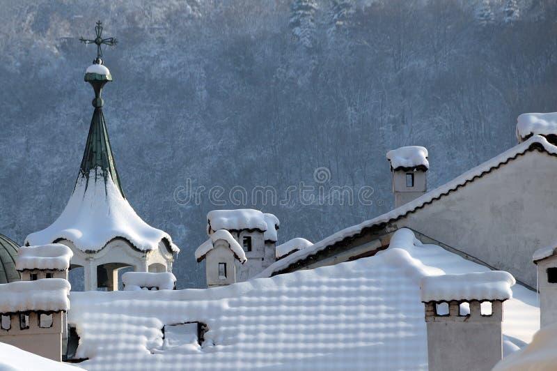 Toits et cheminées en hiver images libres de droits
