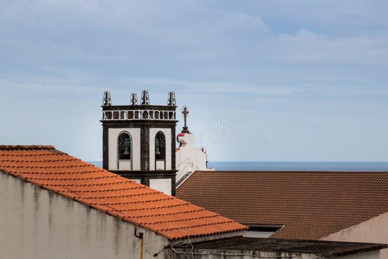 Toits et tour d'une église, Maia, sao Miguel images libres de droits