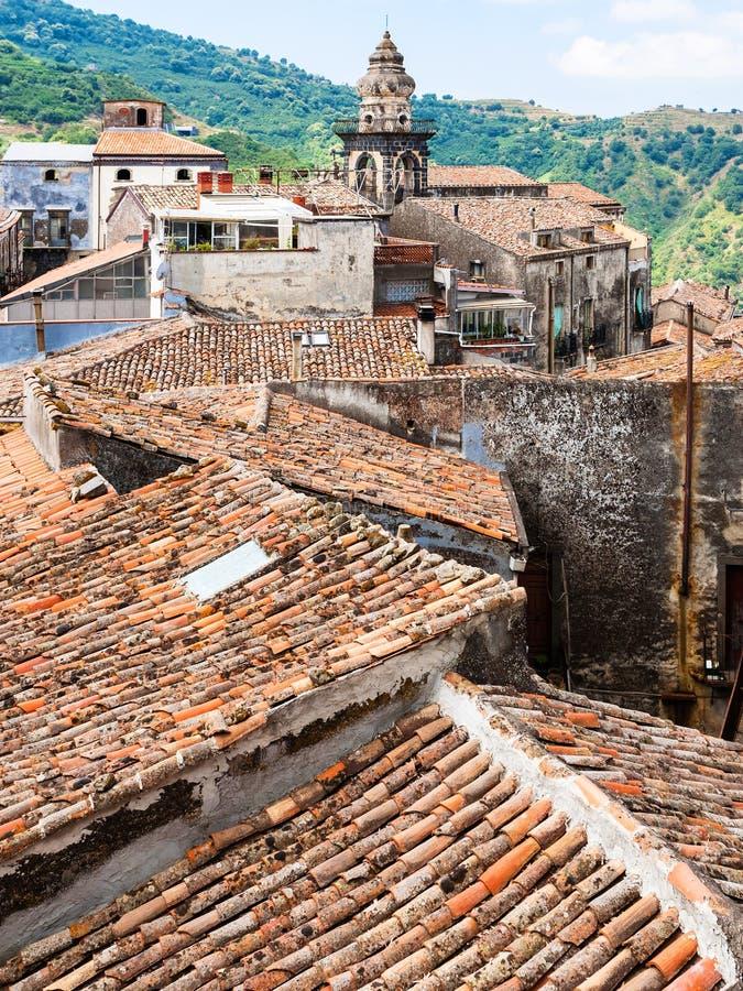 Toits et tour en ville de Castiglione di Sicilia photos libres de droits