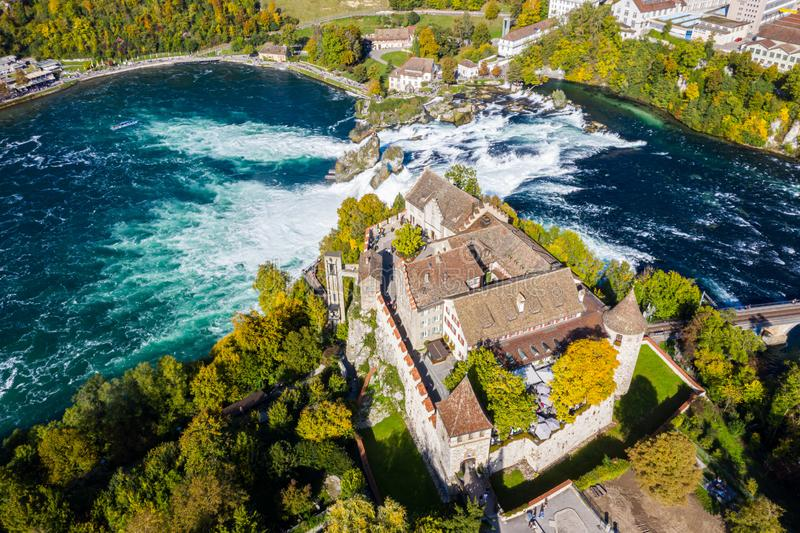 Toits rouges et tours du château de Schloss Laufen au sommet d'une falaise, Laufen-Uhwiesen Rhine Falls ou Rheinfall, Suisse photos stock