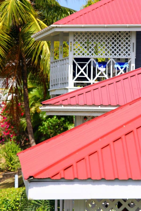 Toits rouges sur l'hôtel des Caraïbes images libres de droits