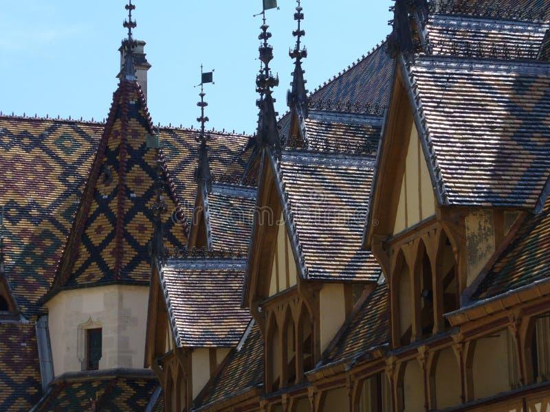 Toits typiques couverts de tuiles verni et de couleurs de Bourgogne images libres de droits