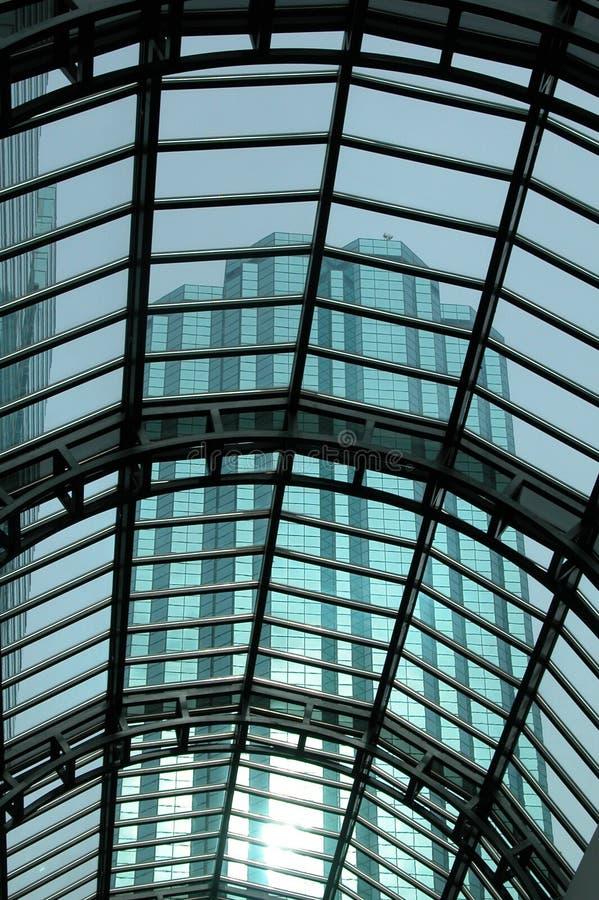 Toiture en verre avec le gratte-ciel image libre de droits