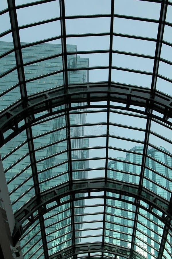 Toiture en verre avec Skyscrapes photo stock
