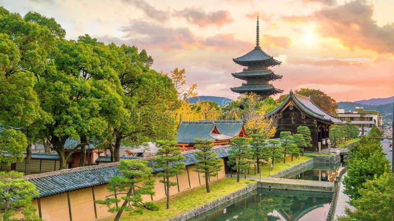 Toji tempel- och träpagod i hösten Kyoto, Japan fotografering för bildbyråer