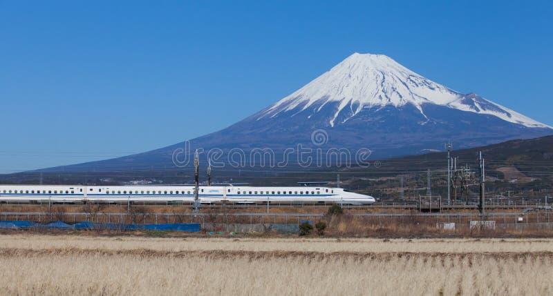 Tokaido Shinkansen mit Ansicht des Berges Fuji lizenzfreie stockfotografie