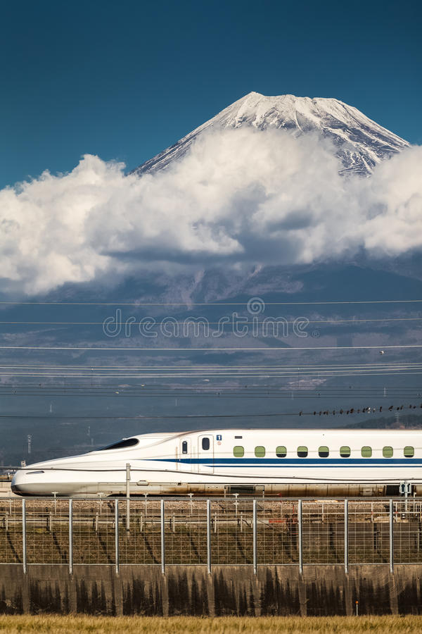 Tokaido Shinkansen mit Berg Fuji lizenzfreie stockfotos