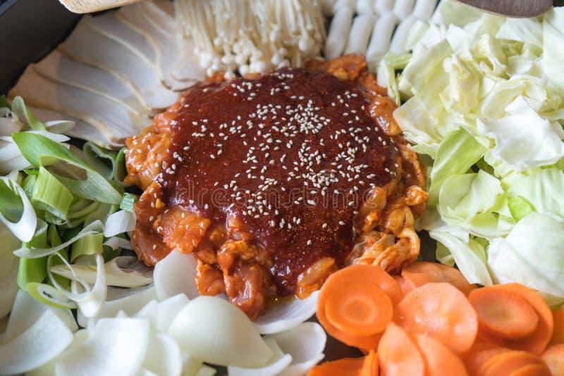 Tokboki (韩国tranditional食物热和辣年糕),组合和应用吹用乳酪和菜在黑色 免版税库存照片