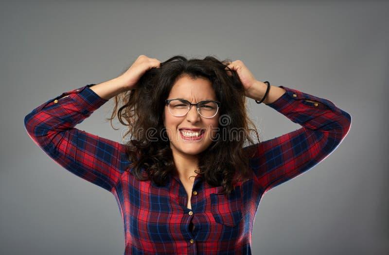 Tokig latinamerikansk affärskvinna som drar hennes hår royaltyfria foton