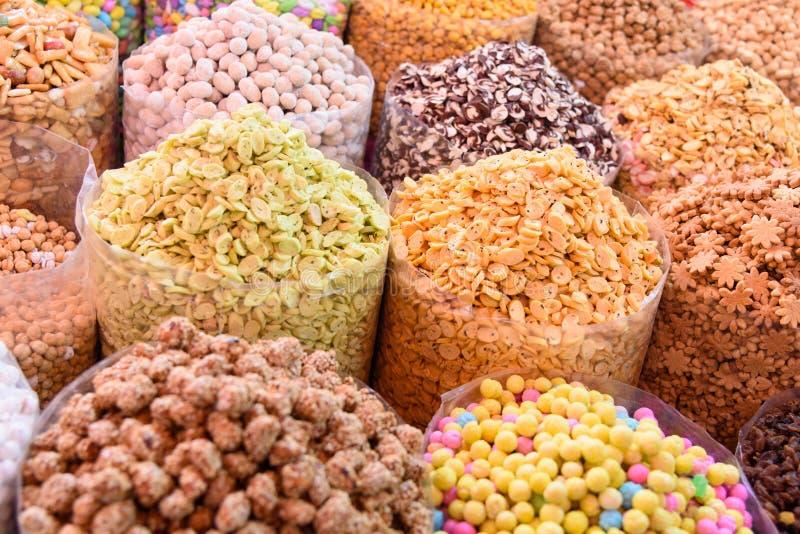 Tokiga och torkade frukter i stora påsar på marknad morocco arkivfoton