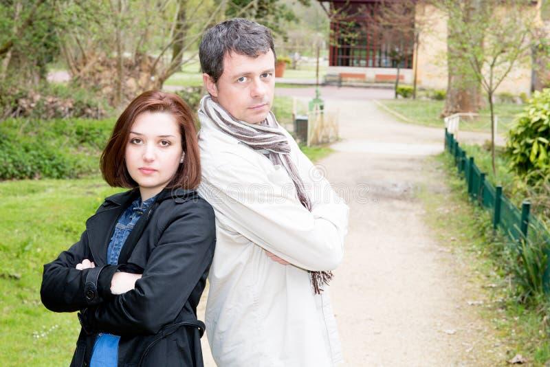 Tokiga unga par som har ett begrepp för för argumentkonfliktförälskelse och förhållande fotografering för bildbyråer
