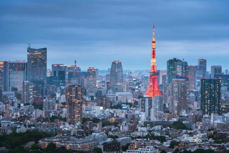 Tokio Basztowy i Miastowy linia horyzontu przy półmrokiem zdjęcia stock