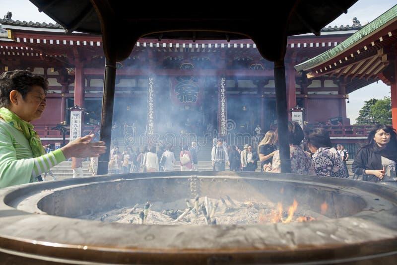 TOKIO - CIRCA JUNIO DE 2016: Templo japonés rojo de Sensoji-ji en Asakusa, Tokio, Japón en mayo 16,2016 fotos de archivo