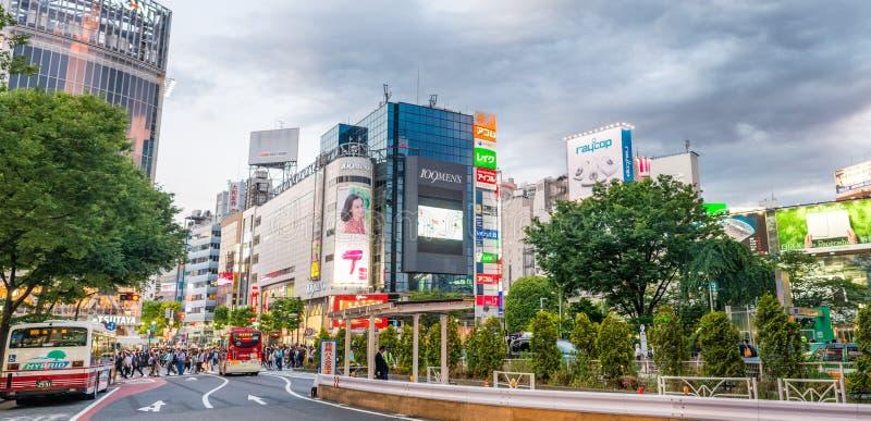 TOKIO - 1 DE JUNIO DE 2016: Vista panorámica de la calle y del traff de Shibuya fotos de archivo libres de regalías