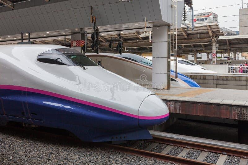 Tokio, Japón - abril 1,2015: El tren de bala de Asama de la serie E2 para Hokuriku Shinkansen (ruta de Tokio - de Nagano) en la e imagen de archivo