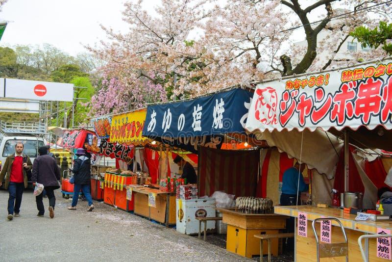 Tokio, Japón - 3 de abril de 2015: Comida japonesa de la calle en el parque de Ueno en Tokio, Japón fotos de archivo libres de regalías