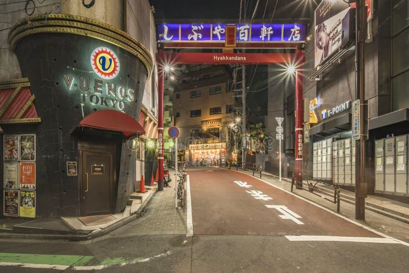 TOKIO, JAPÓN - 21 de agosto de 2018: Portal rojo de la calle que hace compras Hyakkendana situado en una calle adyacente a la ave imagen de archivo libre de regalías