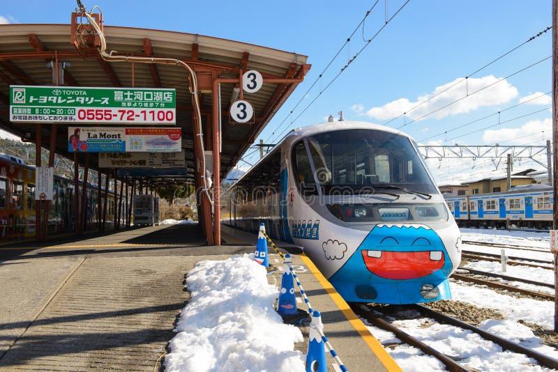 Tokio, Japón - 13 de enero de 2017: El tren expreso de Fujisan en la estación de Kawaguchiko corre de la estación de Otsuki a la  fotografía de archivo libre de regalías