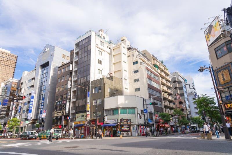 TOKIO, JAPÓN - 23 de julio de 2015: Tokio-a, tiendas y buil comercial imagenes de archivo