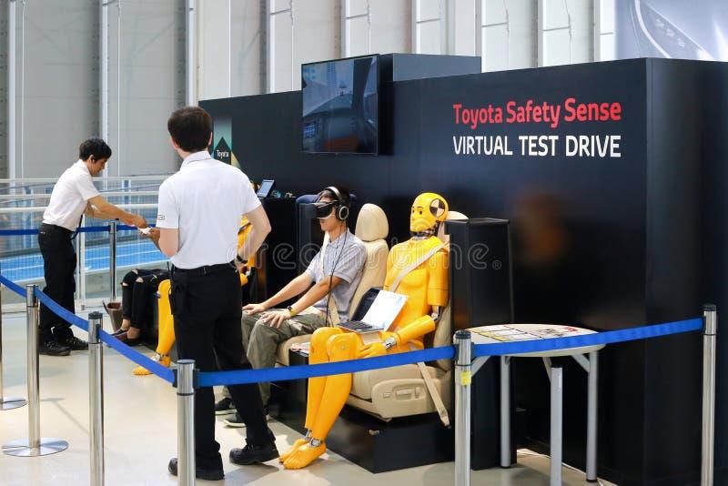 TOKIO, JAPÓN - 10 DE JULIO DE 2017: Prueba de conducción virtual del sentido de la seguridad de Toyota fotografía de archivo libre de regalías
