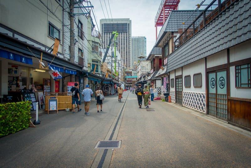 TOKIO, JAPÓN 28 DE JUNIO - 2017: Gente no identificada que camina en una trayectoria empedrada cerca del templo budista Sensoji e imagen de archivo