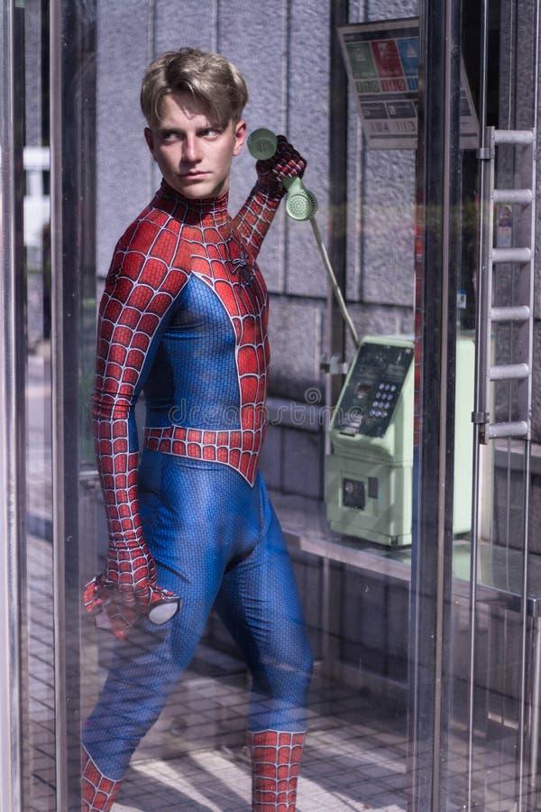 Tokio, Japón - 15 de junio de 2019: Hombre en hombre araña cómico de la maravilla del traje del super héroe en la calle fotografía de archivo
